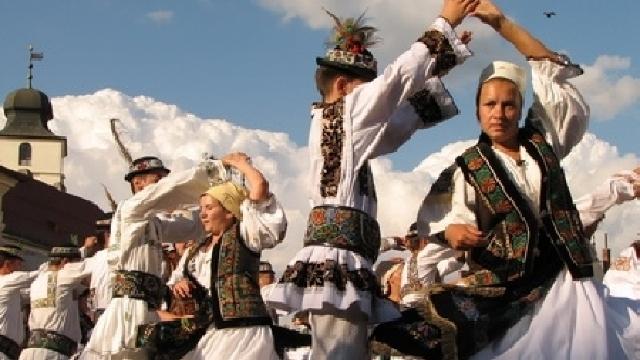 Reinventarea tradițiilor populare la români
