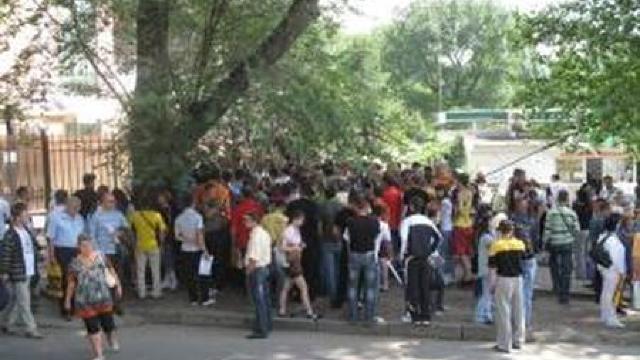 Tinerii au făcut cozi la Consulatul României din Chișinău