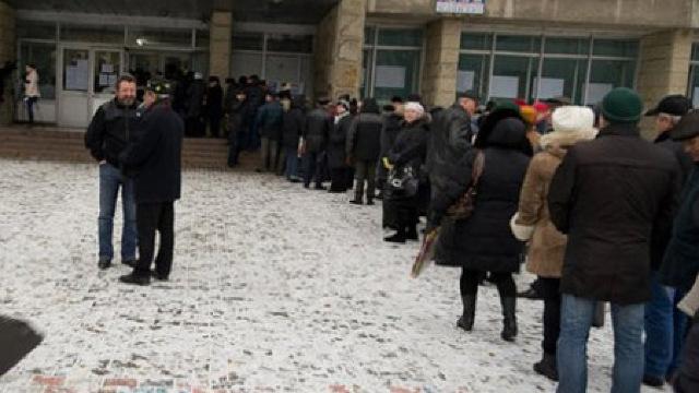 Românii au făcut cozi la vot în Republica Moldova (Adevărul)