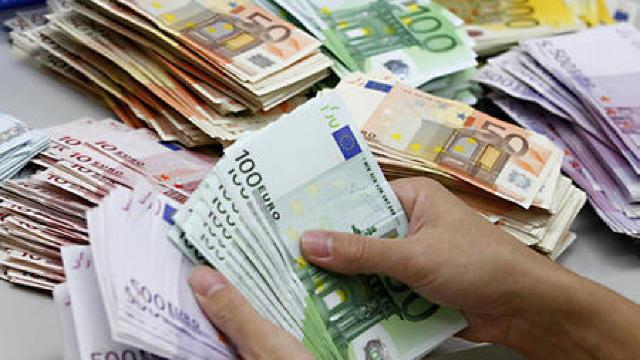În următoarele zile, euro și dolarul se vor ieftini