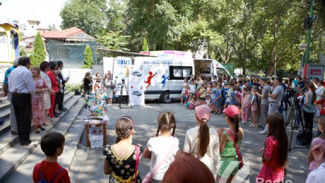 Biblioteca pe patru roți a pornit la drum prin satele Moldovei