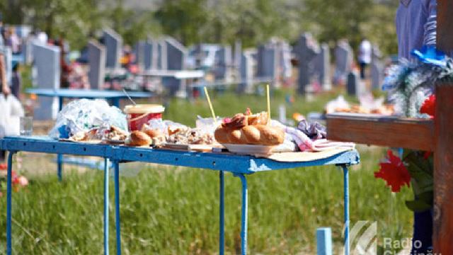 La cimitir se merge cu ouă roșii, cozonac, tămâie și rugăciune pentru cei răposați, insistă preoții
