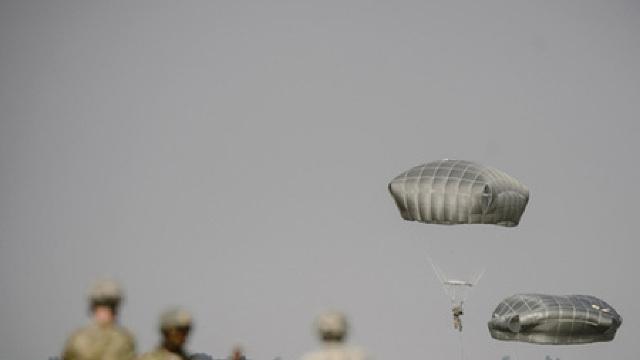 Peste 200 de militari din Italia, Spania și SUA au executat un asalt aeropurtat în Poligonul Smârdan
