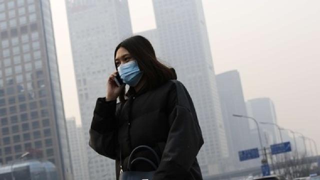 COD ROŞU de poluare în Beijing: Chinezii CUMPĂRĂ sticle cu aer proaspăt (FOTO)