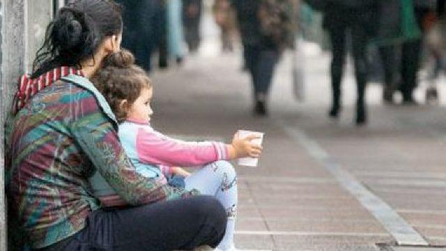 Primăria îndeamnă cetățenii să nu ofere bani minorilor care cerșesc, dar să sune la 112