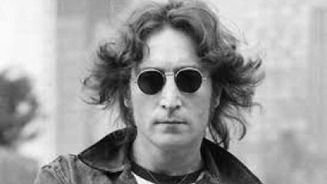 O șuviță din părul lui John Lennon, vândută cu 35.000 de dolari