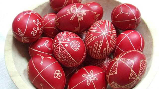 """O varietate de ouă încondeiate, expusă la vernisajul pascal """"A ..."""