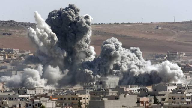 Peste 60 de morţi în urma unor raiduri aeriene asupra unei pieţe în Siria