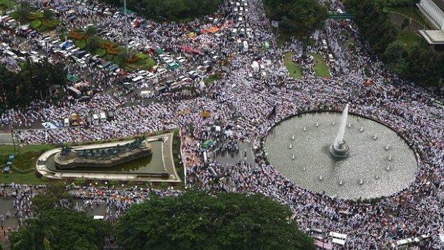 FOTO | Indonezia: Mii de musulmani manifestează contra guvernatorului creștin al capitalei