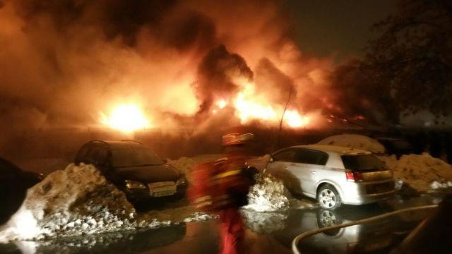FOTO | Incendiu de proporții la un club din București