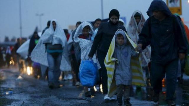 Sute de imigranți au forțat bariera înaltă care înconjoară enclava spaniolă Ceuta din Maroc