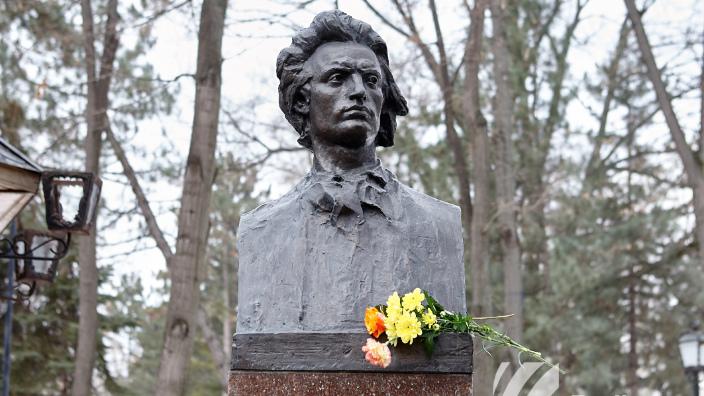 Mai mulți oficiali au depus astăzi flori la bustul poetului Mihai Eminescu