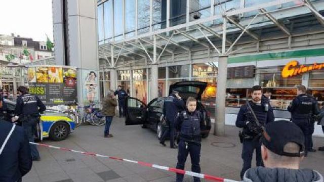 Poliția germană a împușcat un bărbat care a intrat cu mașina în pietoni, la Heidelberg