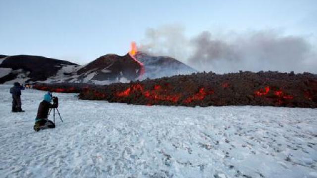 Italia | Turiști și jurnaliști răniți în urma unei erupții a vulcanului Etna