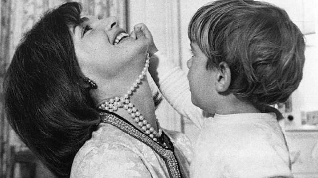 Jacqueline Kennedy Onassis – cea mai elegantă Primă Doamnă a Americii. O viață presărată cu aventuri, patimă, iubiri și trădări