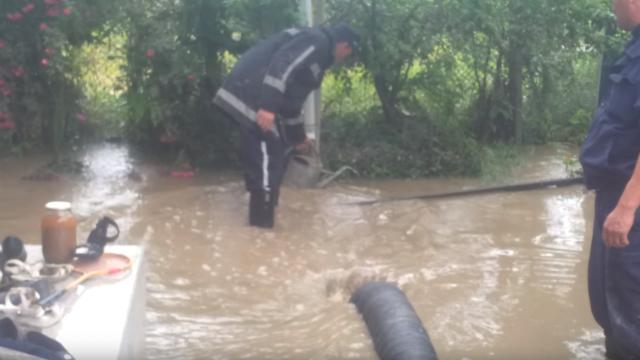 Zeci de gospodării au fost inundate în urma ploilor