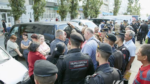Cinci persoane au fost reținute în urma altercațiile din Piața Centrală