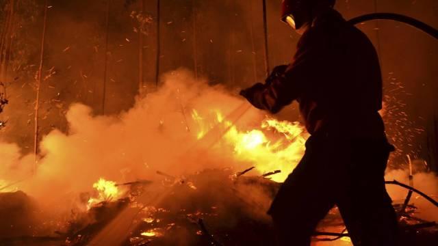 Franța | Circa 700 de persoane, dintre care mulți turiști, evacuate în Corsica din cauza incendiilor