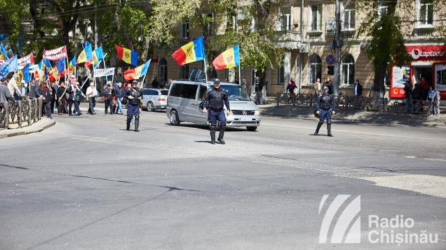 Angajații întreprinderilor de stat au liber astăzi, urmând să fie aduși în mod organizat la proteste (Revista presei)