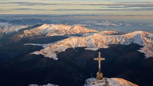 Crucea eroilor români de pe vârful Caraiman, în munții Bucegi, va fi reabilitată din fonduri europene