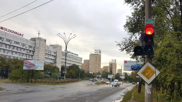 În câteva intersecții din Chişinău se permite deplasarea la culoarea roşie a semaforului