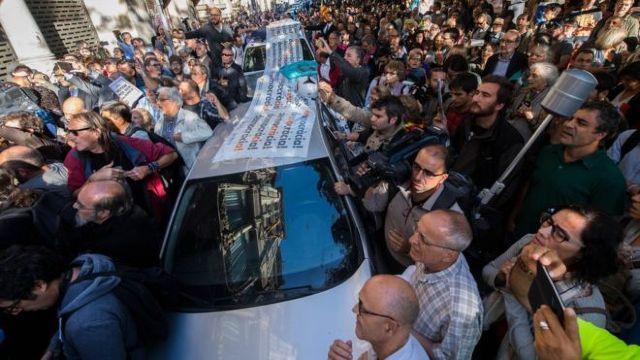 Proteste la Barcelona, după percheziții efectuate de poliția spaniolă la sediul unei administrații regionale catalane