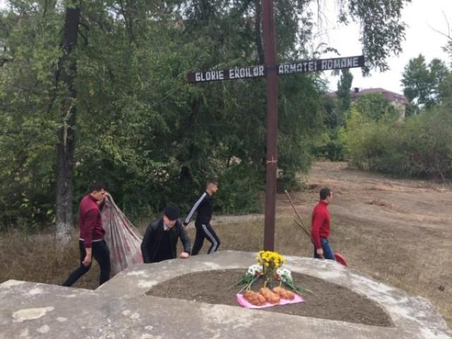 """Tone de gunoi, strânse de voluntari la Complexul Memorial """"Cimitirul Eroilor Români"""" din Chișinău"""