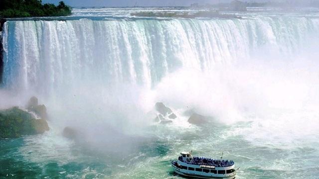 Un băiat de 10 ani a supraviețuit în mod miraculos după ce a căzut în Cascada Niagara