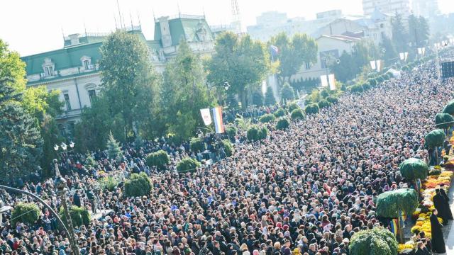 Sute de mii de pelerini, aşteptaţi la Iaşi pentru a se închina la racla cu moaştele Sfintei Cuvioase Parascheva