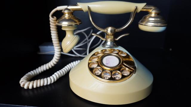 Telefonul fix ar putea să devină istorie. Tot mai puțini moldoveni îl utilizează