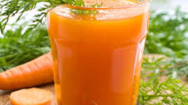 Sucul de morcov, recomandat de nutriţionişti în lunile friguroase de toamnă