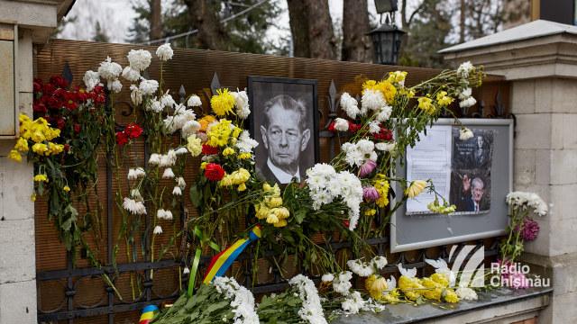 FOTO | Ambasada României la Chișinău a deschis o Carte de Condoleanțe în memoria Majestății Sale Regele Mihai I al României