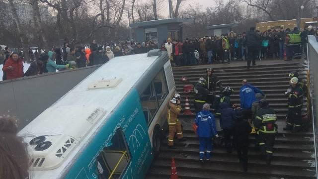 Cinci oameni au murit după ce un autobuz a intrat într-un pasaj subteran la Moscova (FOTO/VIDEO)
