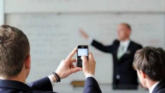 Război declarat între elevi și ministrul român al Educației, din cauza telefoanelor (VIDEO)