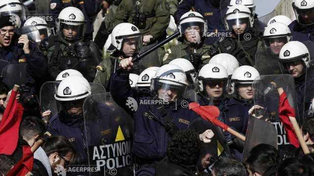 Grevă și manifestații în Grecia, față de o reformă care le interzice dreptul la... grevă