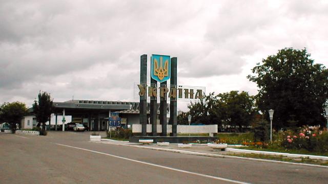 Vama României cu Ucraina | Pietoni puși la rând cu mașinile, ca să treacă granița (VIDEO)