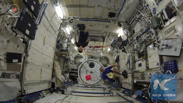 VIDEO | Primul meci de badminton din spaţiu între cosmonauţi şi astronauţi, pe Staţia Spaţială Internaţională