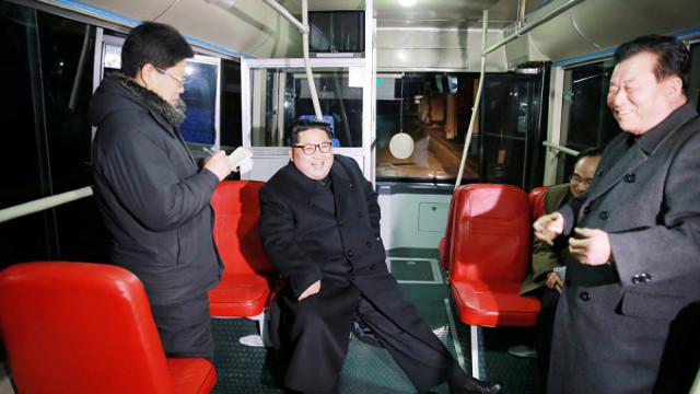 FOTO/VIDEO | Liderul nord-coreean Kim Jong-un, la plimbare noaptea cu troleibuzul prin Phenian