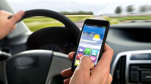 Franța interzice folosirea telefoanelor mobile în mașină