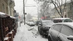În Capitală se circulă cu dificultate din cauza ninsorii, formându-se ambuteiaje