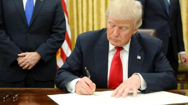 OFICIAL | Donald Trump a semnat documentele prin care SUA impun taxe vamale la importurile de oţel şi aluminiu