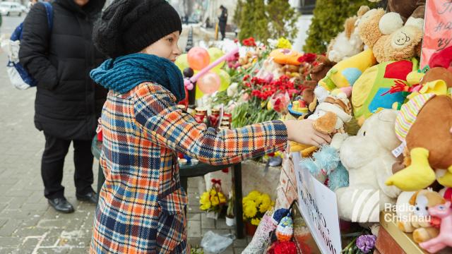 FOTO   Flori și lumânări pentru victimele din Kemerovo, depuse la Ambasada Federației Ruse din Chișinău