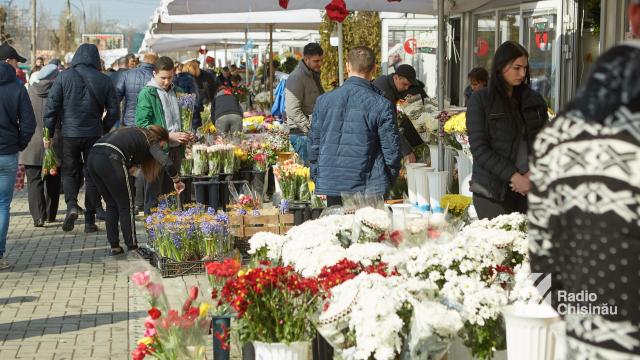 FOTO | Florăriile din Capitală, luate cu asalt de cumpărători
