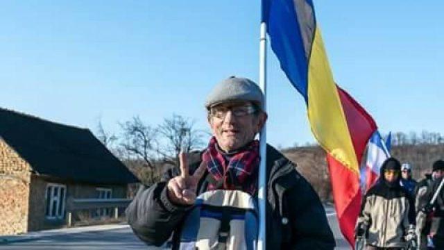 Un bistriţean pleacă pe jos spre Chişinău, pentru a duce drapelul naţional în R.Moldova