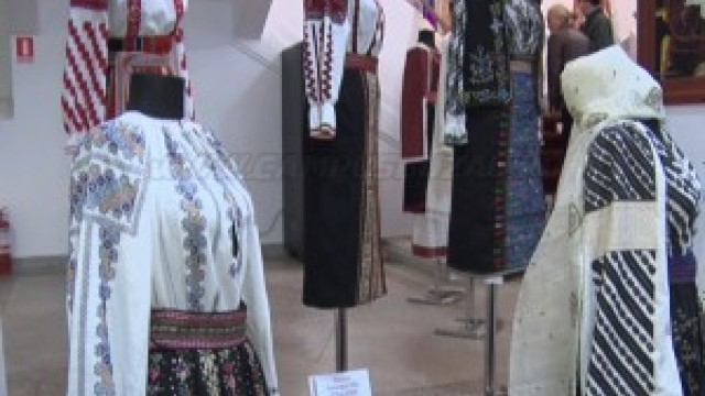 Expoziție de ii și cămăși tradiționale românești, la Muzeul Național de Artă din Chișinău