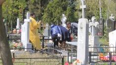 Creștinii sunt îndemnați să se abțină de la organizarea meselor copioase în cimitire