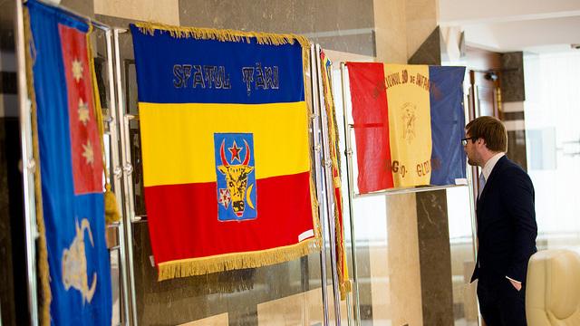 FOTO | Expoziție de drapele istorice și sigilii domnești, în Parlament