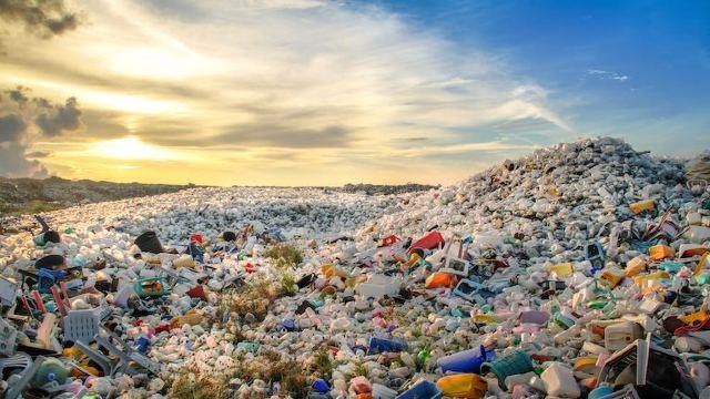 Cercetătorii au descoperit o enzimă mutantă care distruge plasticul