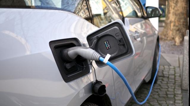 Românii tind să cumpere mai multe maşini ecologice