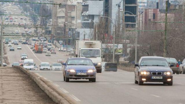 De la 1 noiembrie conducătorii auto sunt obligaţi să circule cu farurile aprinse